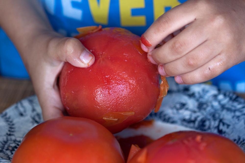 El pinche puede pelar los tomates y después de vaciarlos nosotros, rellenarlos.