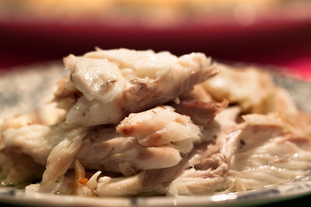 Reciclamos un pescado al horno del día anterior para hacer unas croquetas.