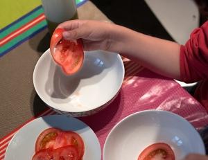 Colocar las rodajas de tomate en los boles.