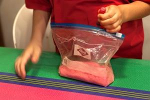 Para hacer el azúcar de colores, ponemos azúcar en una bolsa y echamos colorante alimentario del color que queramos.