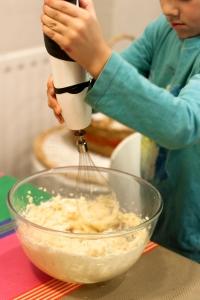 Mezclar la mantequilla con el azúcar.