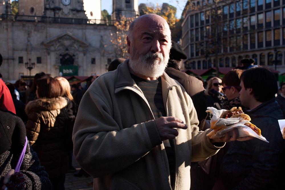 hombre comiendo talo