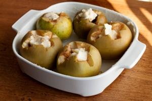 Una cucharada de mantequilla y ya están las manzanas preparadas para ir al horno.