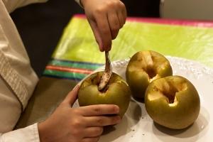 Primero rellenamos con el azúcar, la canela y las nueces picadas.