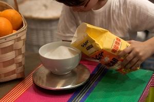 Pesar el azúcar cuidadosamente.